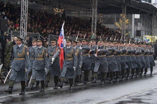 Čestná stráž ozbrojených síl SR počas slávnostnej vojenskej prehliadky na Európskej triede v Prahe