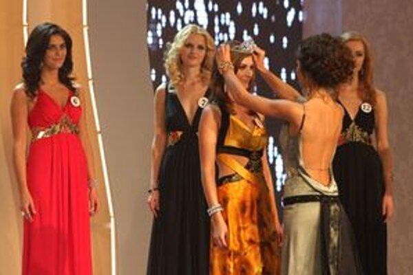 Miss sympatia Romana Grišlová (tretia sprava) počas dekorovania na 16. ročníku Miss Slovensko 2011.
