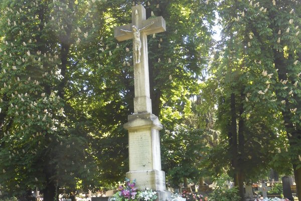 Kríž sa nachádza v levickom cintoríne.