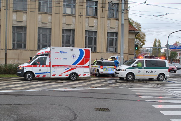 Pri nehode zasahovala sanitka záchranky, polícia aj dispečerské vozidlo DPMK.