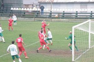 Lopta smeruje do brány Považanov. Bol z toho víťazný gól Novozámčanov.