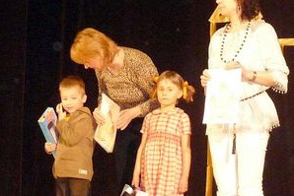 Na snímke Ľ. Čierniková vpravo so Sofiou Remišovou.