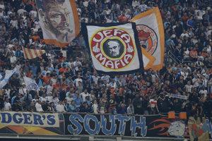 Fanúšikovia Marseille pred začiatkom zápasu proti Laziu Rím.
