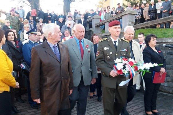Pred pamätníkom padlých v 1. svetovej vojne pred kostolom.