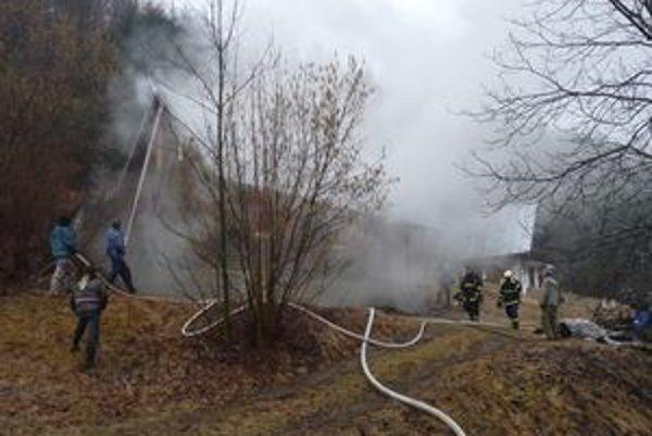 Hasiť pomáhali aj dobrovoľní hasiči z Papradna a Brvnišťa.