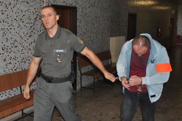 Marek s eskortou na krajskom súde. Odvolať sa mu aspoň čiastočne oplatilo.