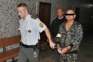 Eskorta privádza pána Tibora na výsluch pred sudcu krajského súdu.