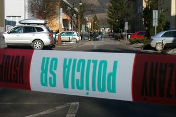 Polícia priestory firmy aj časť ulice uzavrela.