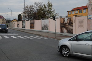 Maľby popri ceste stále pútajú pozornosť.