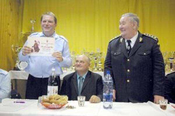 Peter Kvocera (vľavo) ho prebral z rúk prezidenta DPO SR  Jozefa Minárika.