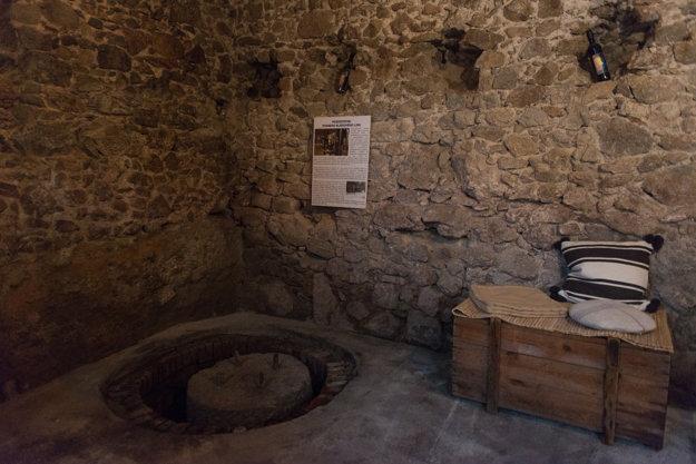 V historickom vinohradníckom dome vinár Pavol Chvostek zachoval kamennú časť starého kládového lisu.