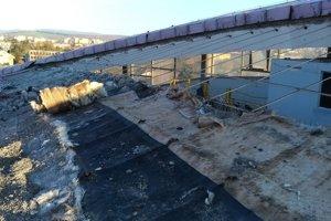 Náročná rekonštrukcia: Odkrytá strecha zimného štadióna v Prešove.