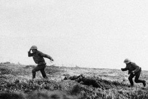 Britské jednotky pod paľbou pri  Cambrai.