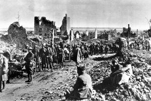 Vojaci odpočívajú pri ruinách St. Mihiel.