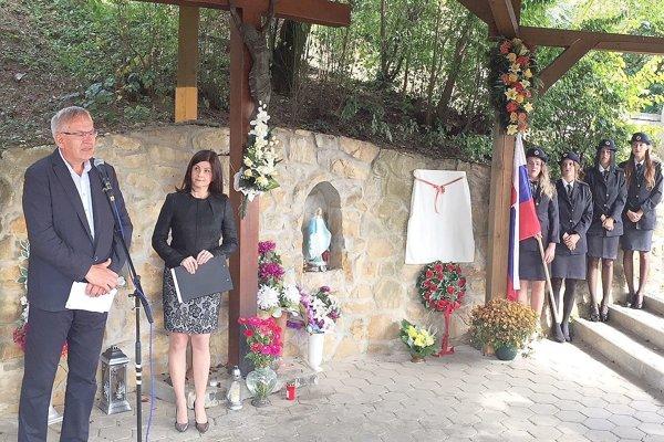 Z odhaľovania pamätníka na padlých vojakov z 1. svetovej vojny. Celkom vľavo Ľubomír Janoška.
