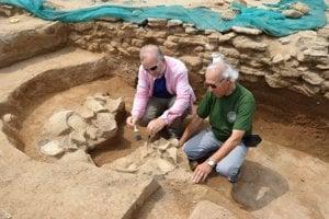 Archívne foto. Zástupca riaditeľa Archeologického ústavu SAV v Nitre Karol Pieta (vpravo) a riaditeľ Archeologického ústavu SAV v Nitre Matej Ruttkay na mieste archeologického výskumu na ostrove Failaka v Perzskom zálive.