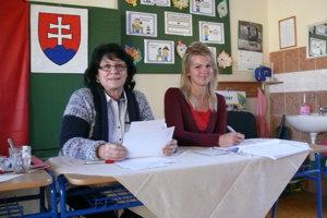 Alena Nagyová (vľavo) má v okrskovej komisii premiéru. Jej kolegyňa Janka Kraľovanská už absolvuje v komisii piate voľby.