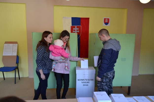 V Turzovke prichádzajú voliť celé rodinky.