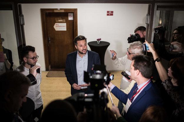 Vallo hovorí s novinármi.