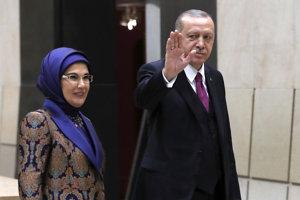 Turecký prezident Recep Tayyip Erdogan s manželkou vo Francúzsku.