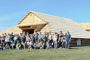 Do veľkej drevenej stavby sa bez problémov zmestí aj takáto skupina turistov.