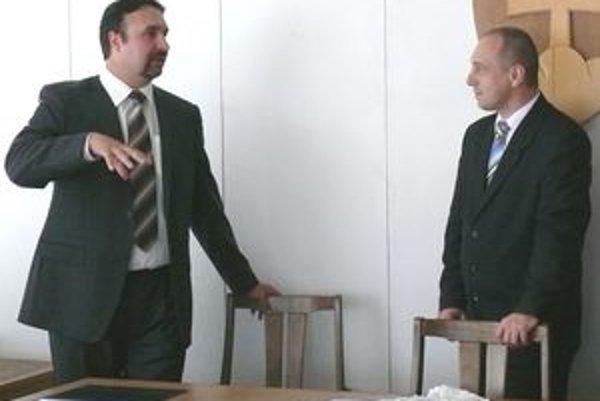 Za svojho zástupcu vymenuje primátor Považskej Bystrice Karol Janas (vpravo) Mariána Sopčáka (vľavo). Zmena je v súvislosti s menovaním aj na poste prednostu obvodného úradu.