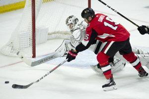 Zákrok Petra Budaja proti Zackovi Smithovi v zápase proti Ottawe Senators.