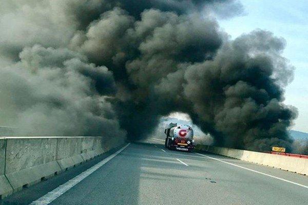 Požiar pri diaľnici.