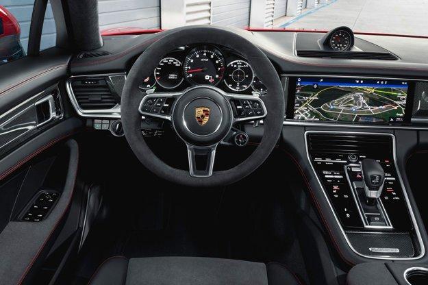 : Plne digitálny kokpit s veľkým stredným displejom na ovládanie rôznych funkcií je doplnený priehľadovým indikátorom, na ktorom sa vodičovi v jeho zornom poli farebne zobrazujú vybrané údaje.