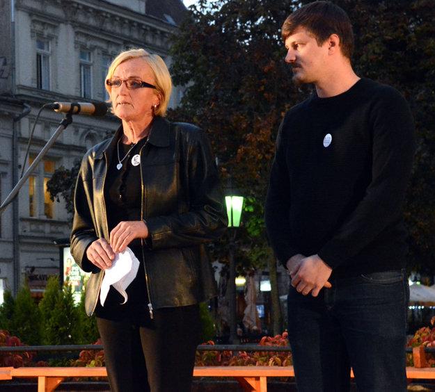 Ján Gálik na protestnom zhromaždení s matkou zavraždenej Martiny.