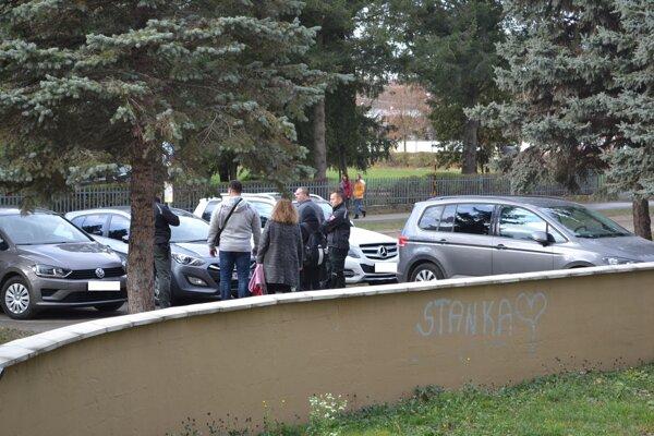 Žiačku odviezli policajti.