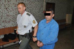 Iračan Karim H. ja vo výkone trestu vo väznici v Košiciach Šaci. Na súd ho priviedla justičná stráž.