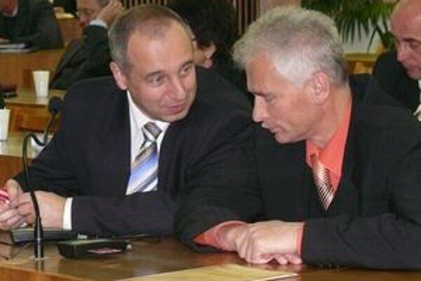 Karol Janas (vľavo) počas rozhovoru s kolegom Kostelanským na jednom zo zastupiteľstiev. Momentálne rokuje s poslancami ako budúci primátor práve o tom, ako zefektívniť rokovania zastupiteľstiev.