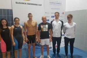 Zľava: Miriama Szászová, Ema Szászová, Marián Dragúň, Michal Knihár – tréner, Alex Kušík aDaniel Óvári.