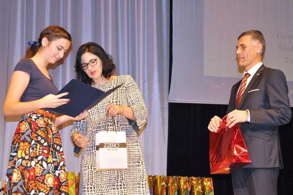 Agáta Brozová si preberá ocenenie zrúk ministerky školstva.