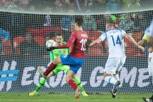 Patrik Schick (v červenom) dáva gól Slovensku.