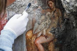 Na snímke freska zobrazujúca antickú mytologickú postavu Lédu s labuťou, ktorú našli archeológovia v talianskych Pompejach 19. novembra 2018.
