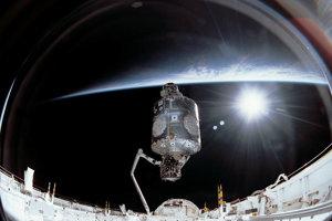 Posádka misie STS-88 pripojila modul Unity k modulu Zaria 6. decembra 1998.