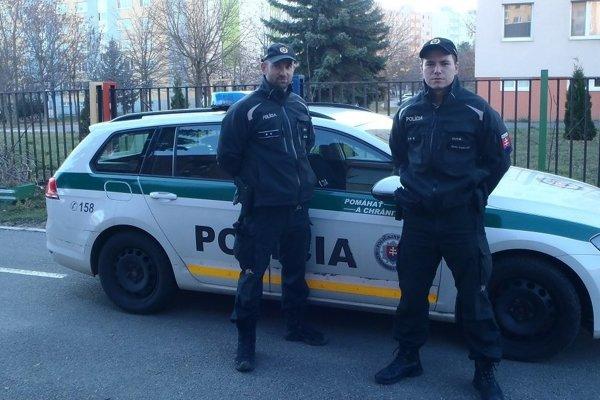 Policajti -záchrancovia.