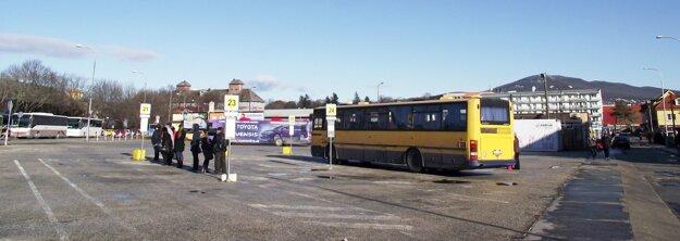 Náhradné nástupiská. Za autobusom (vpravo) vidieť unimobunku.