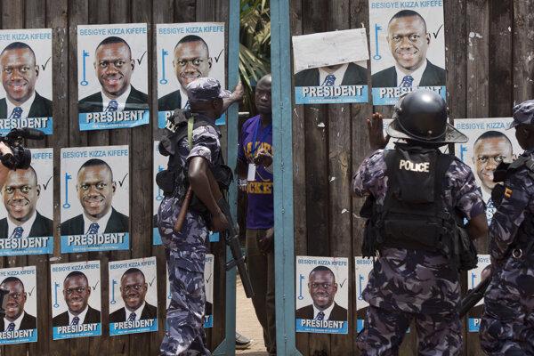 Kandidát Besigye bol políciou zadržaný už niekoľkokrát.