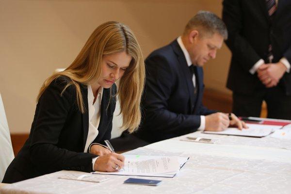 Konateľka RKN Global Europe Marjam Lindsbrová a premiér Fico podpisujú memorandum.