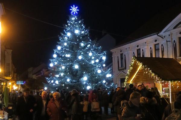 Vianočné trhy sa už začali v Piešťanoch.