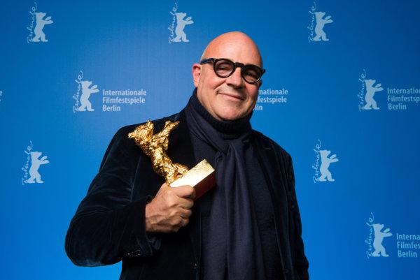 Režisér Gianfranco Rosi s víťaznou soškou.