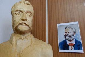 Drevená socha s podobizňou Adolfa Ivanoviča Dobrianskeho, ktorá sa nachádza v pamätnej izbe v obci Čertižné.