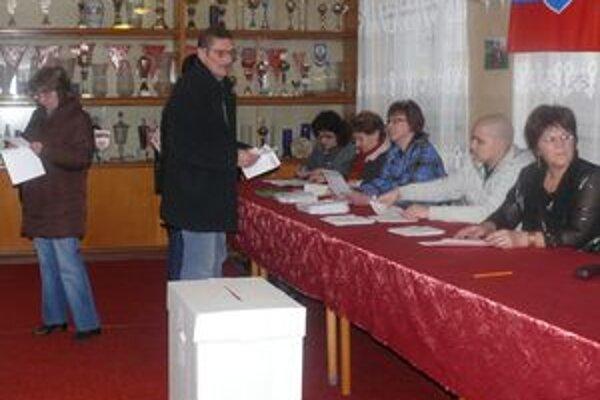 Už skoro ráno mali v Púchove vo volebných miestnostiach v centre mesta dosť ľudí.
