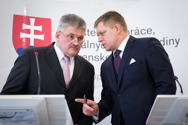 Premiér Fico a minister Richter počas tlačovky.