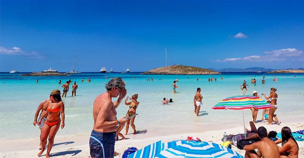 Pláž na Ses Illetes na Formenetere má biely a ružový piesok.