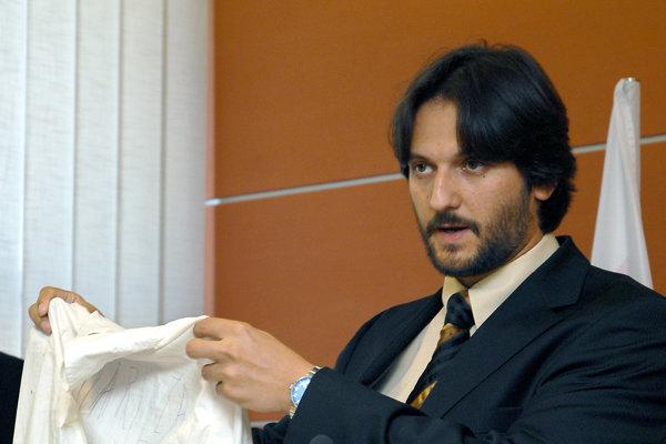 Vtedajší minister vnútra Robert Kaliňák ukazuje dôkazy zo spisu na tlačovej konferencii ku kauze Malinová.