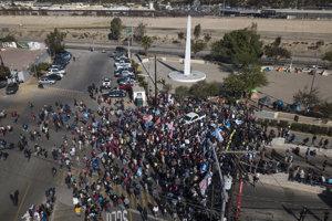 Skupina migrantov sa zhromaždila na hraničnom priechode Chaparral v Tijuane v Mexiku.